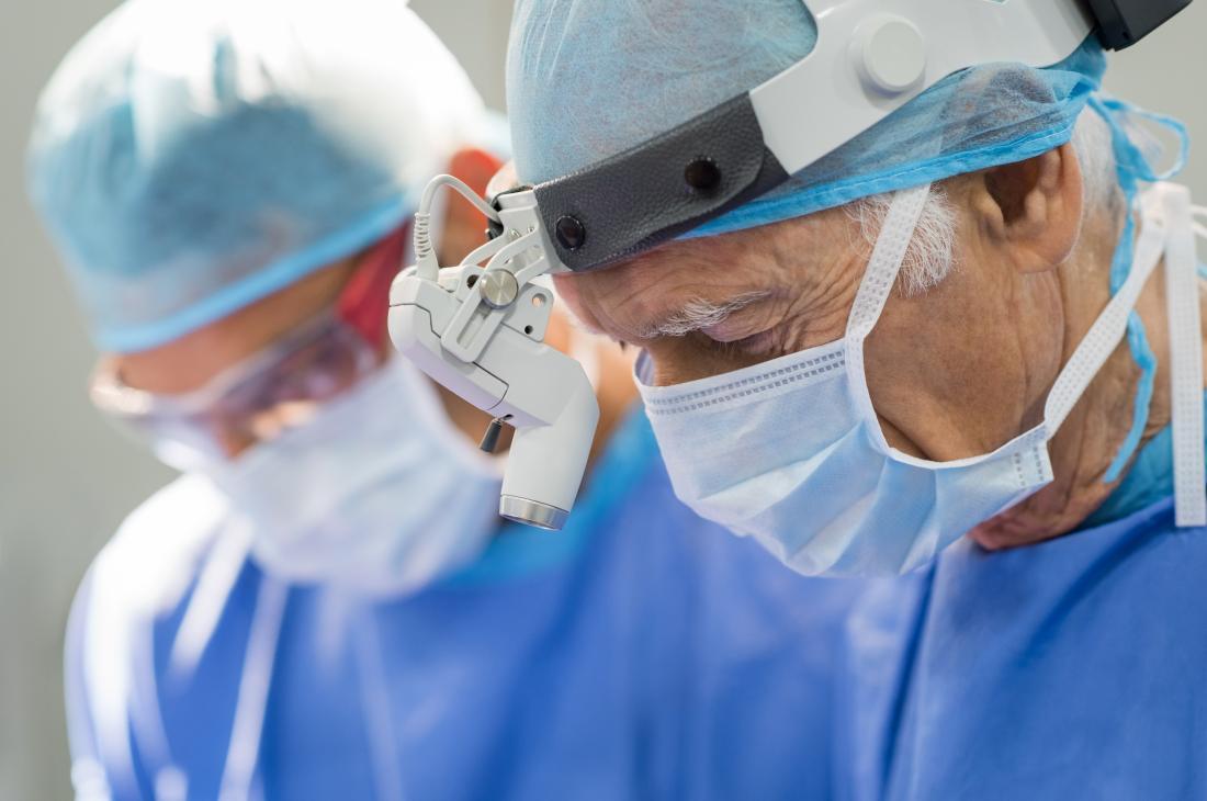 Chirurgien travaillant sur l'hystérectomie vaginale