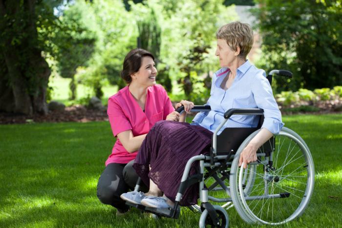 介護者は車椅子に座っています。
