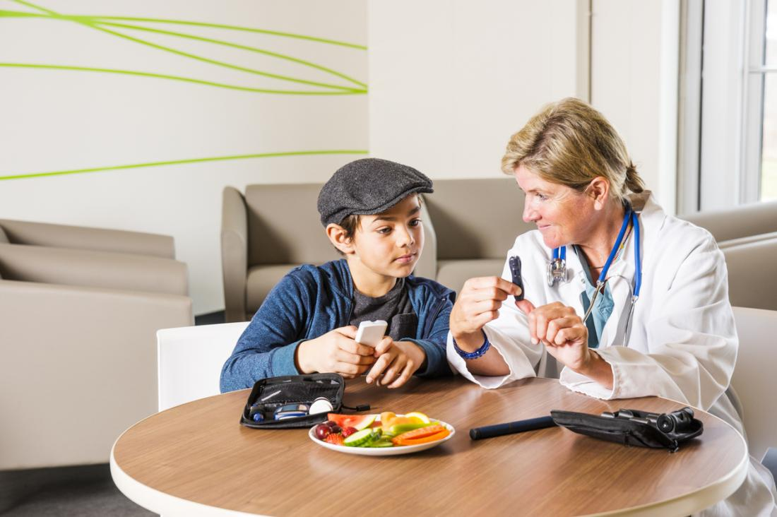 [um nutricionista ajudando uma criança com diabetes tipo 1]