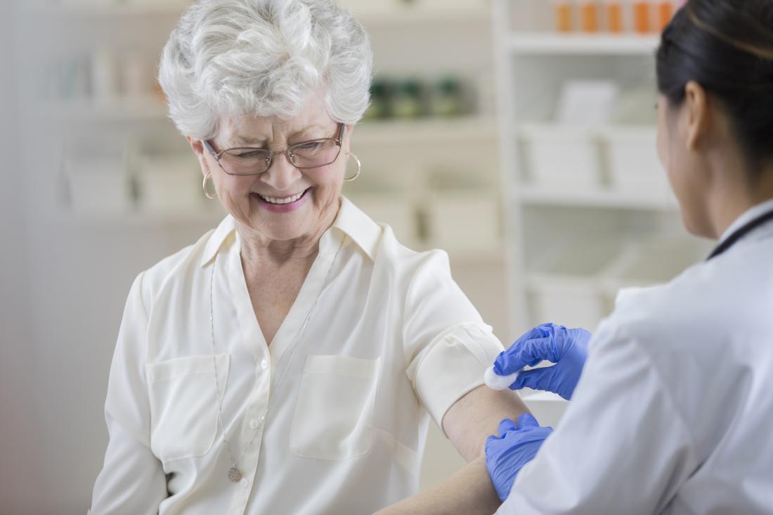 Donna senior che riceve la vaccinazione