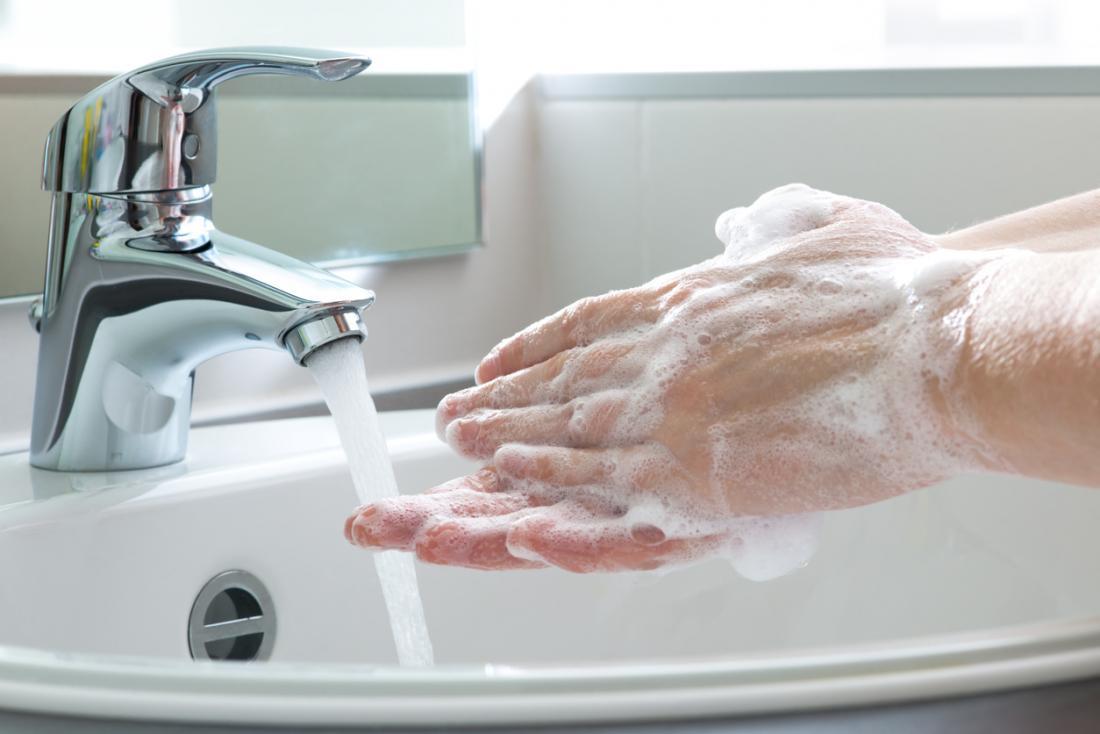 石鹸で徹底的に洗う