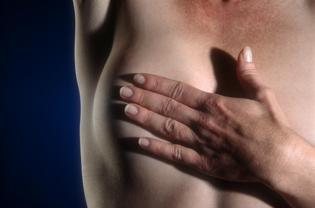 femme inspectant son sein pour bouton sur le mamelon