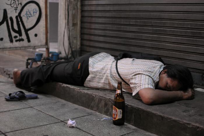 Un homme s'est évanoui dans la rue à cause de la consommation d'alcool.