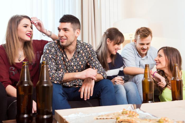 Un groupe de jeunes buvant ensemble