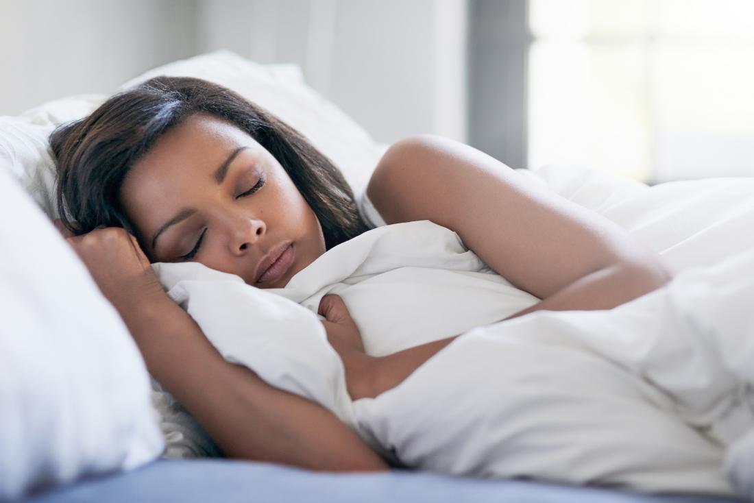 ベッドで眠っている女性。