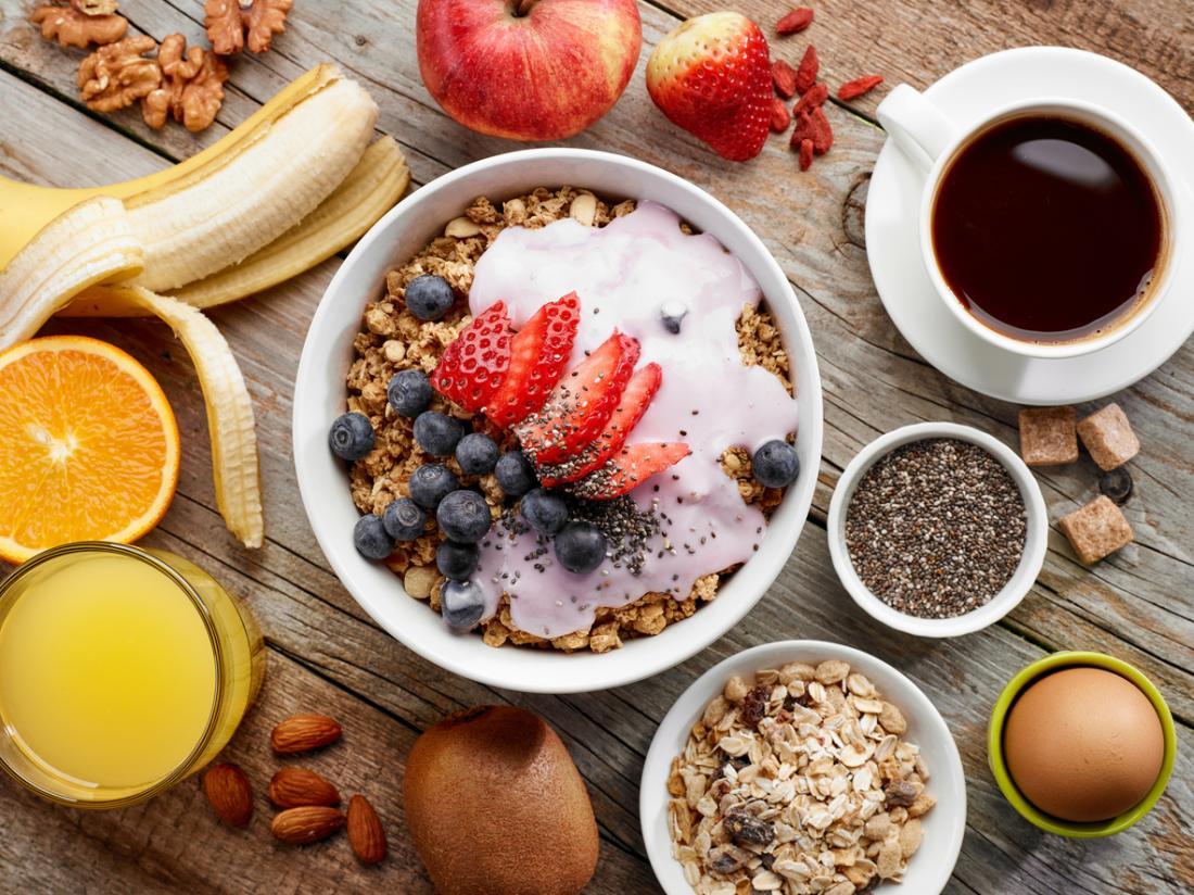 フルーツとコーヒーの朝食シリアル。