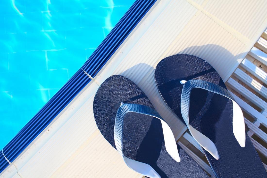 tongs bleues au bord de la piscine