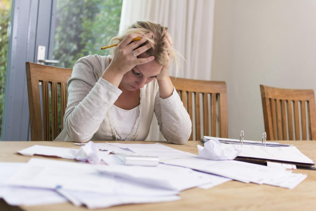 Frau mit finanziellen Schwierigkeiten und Schulden fühlen sich gestresst.