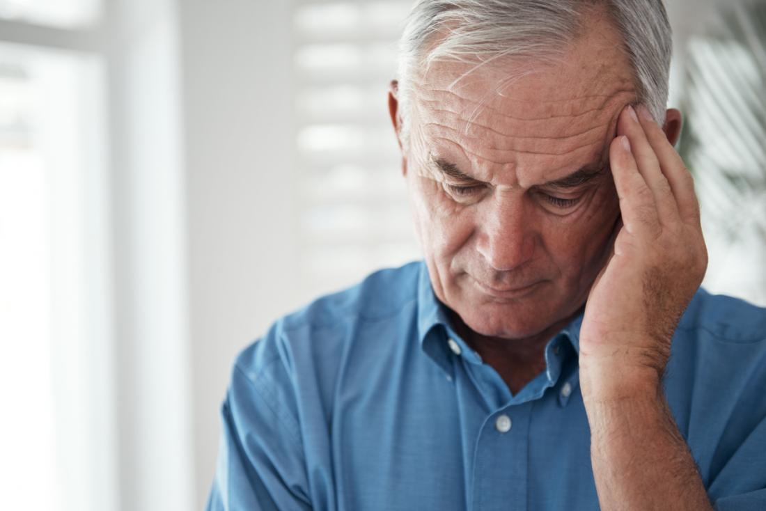 homme avec la migraine