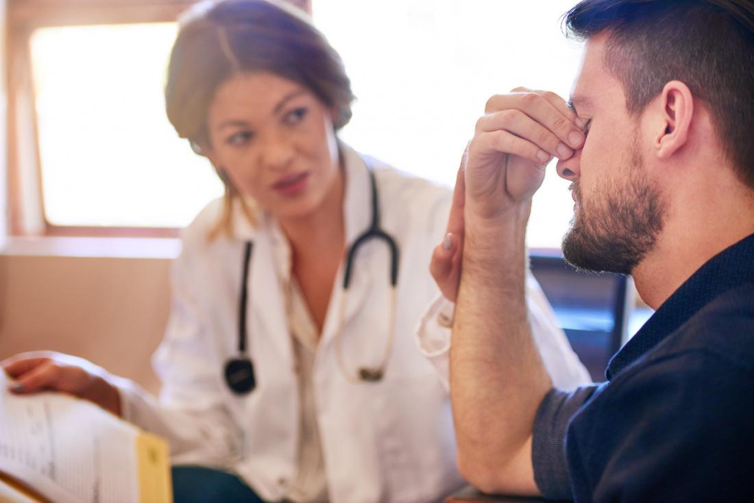 homme avec mal de tête chez les médecins