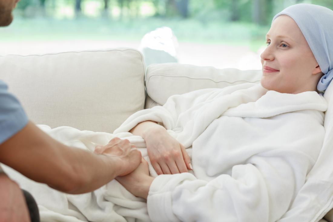 Brustkrebspatient, der auf Sofa mit Partner stillsteht.