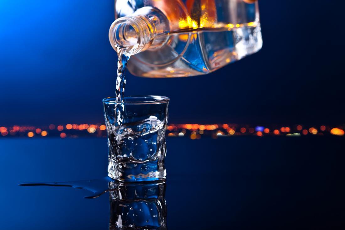 Wodka wird in Schnapsglas gegossen