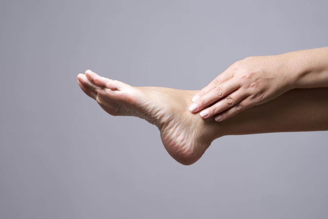 estendendo il piede in avanti in un tratto