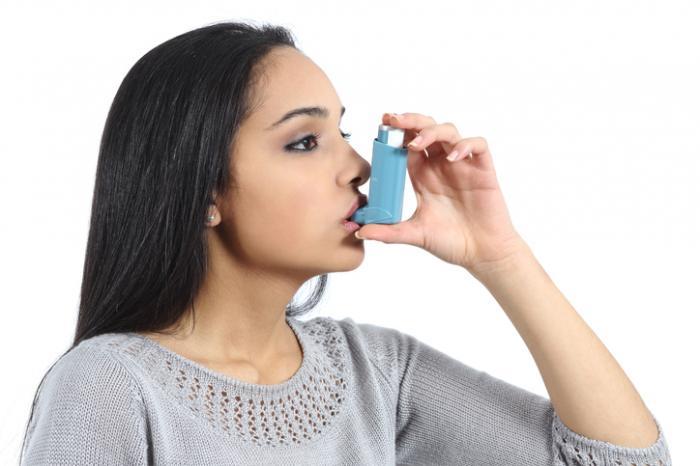 Дамата използва инхалатор