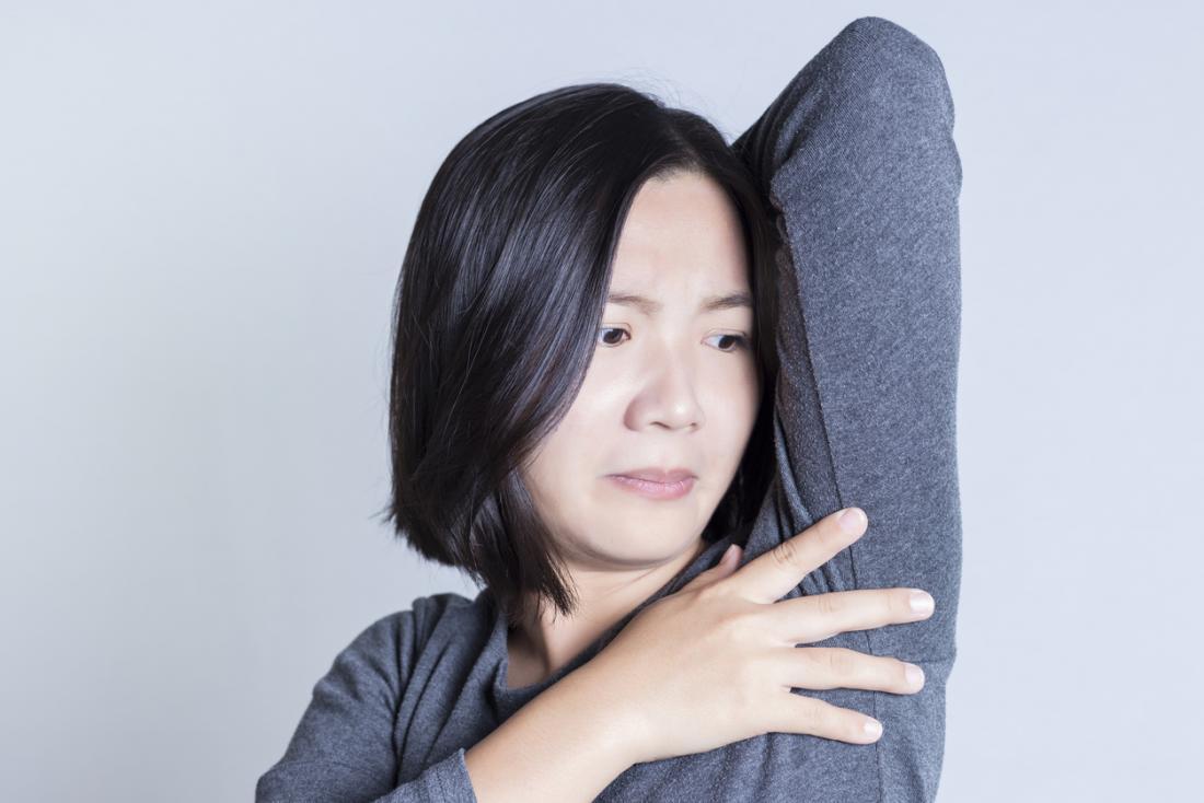 Frau besorgt um ihre Achselhöhlen