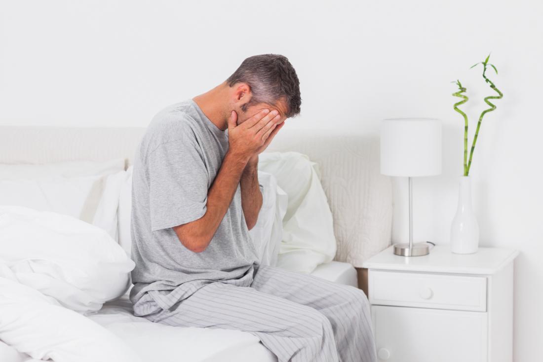 Homme anxieux assis sur son lit à la maison