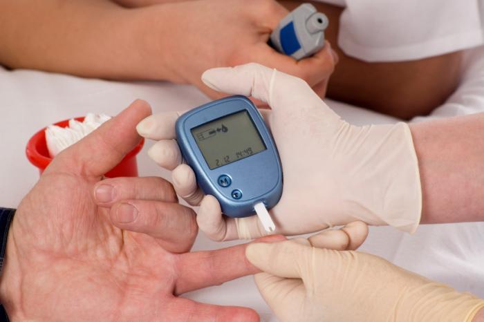 Uma pessoa verifica seus níveis de açúcar no sangue.
