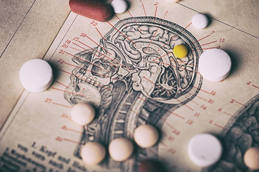 Différentes pilules anti-psychotiques, sur le diagramme du cerveau humain.