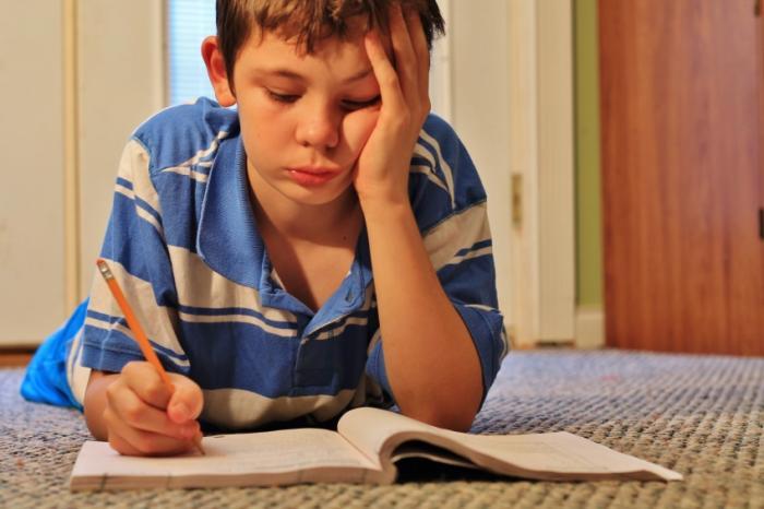 Ein Kind macht Hausaufgaben