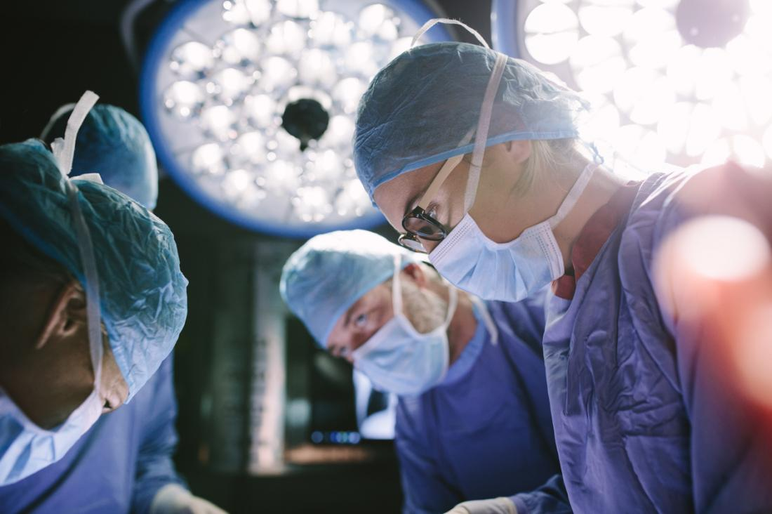 Chirurgen, die an einem Patienten arbeiten