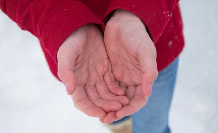 Les mains engourdies par le froid.