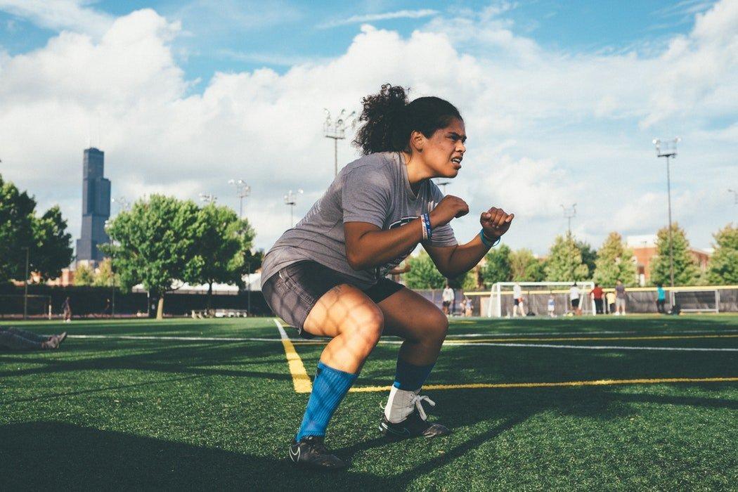donna facendo squat in esercizio ad alta intensità