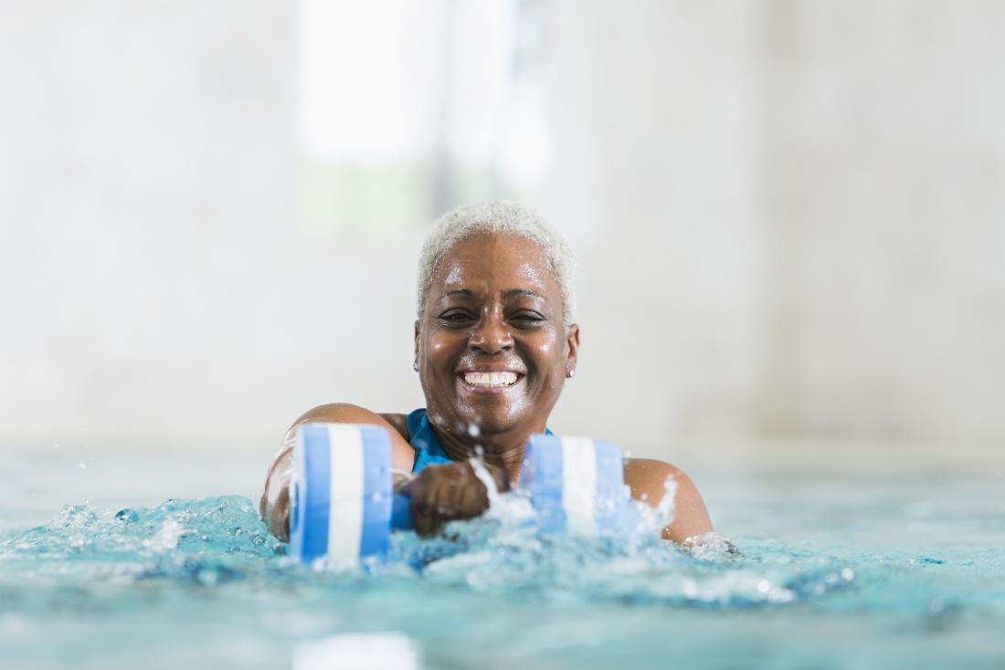 kadın kıdemli bir havuzda egzersiz