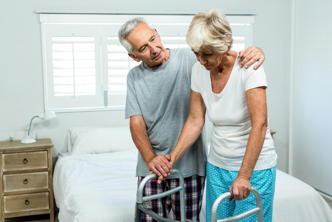 yatak odasında yaşlı çift