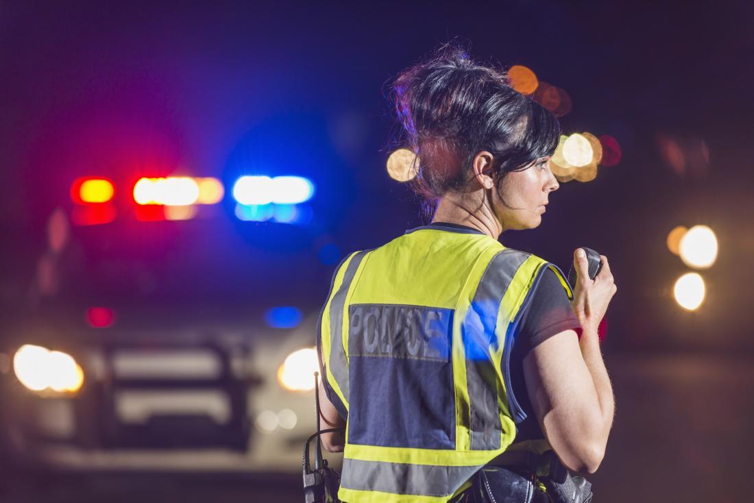 Officier de police féminin sur le site d'urgence.