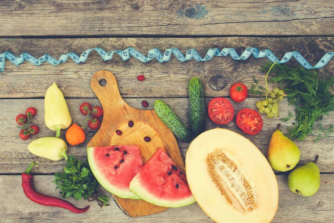 新鮮な果物と野菜とテープメジャー
