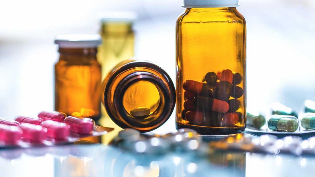 Auswahl von Pillen in Flaschen