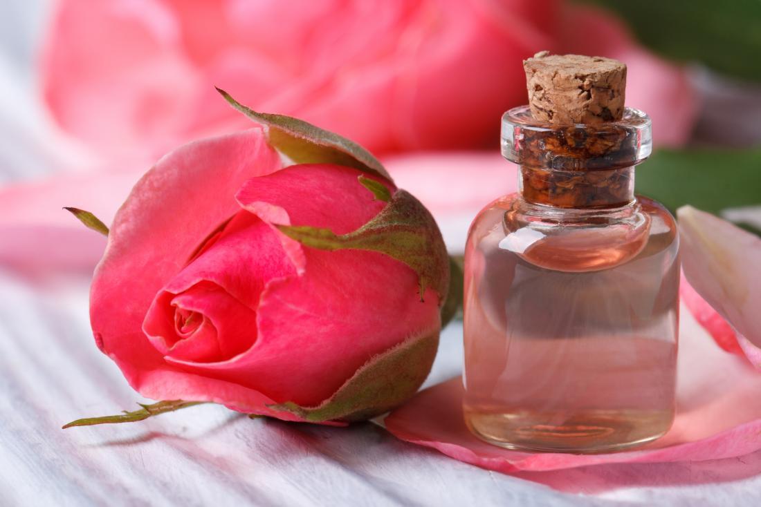 ローズフラワーの隣にある小さなガラス瓶に水を入れる。