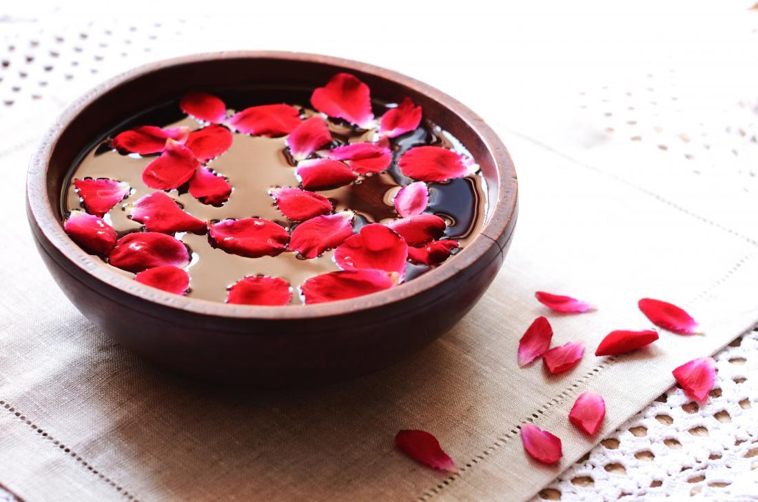 蒸気療法のために、バラの花びらでボウルの水をローズ。