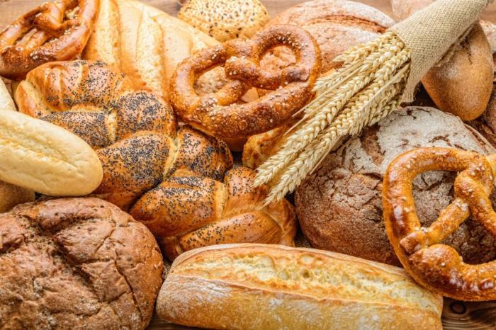 Một đống sản phẩm bánh mì khác nhau.
