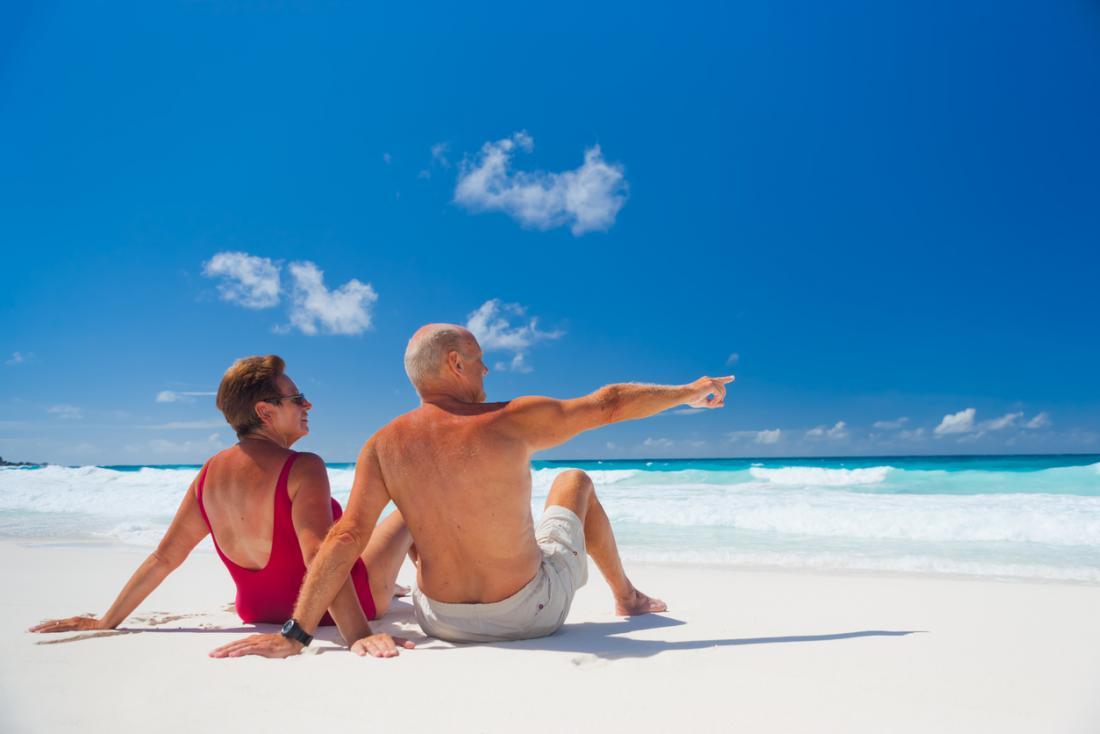 Um, par velho, sunbathing, ligado, um, praia