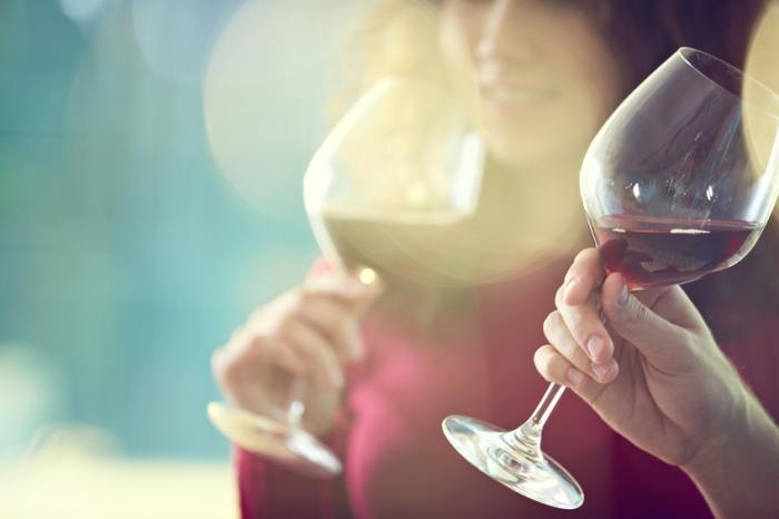 Um, par, bebendo, vinho tinto, em, luminoso, sol