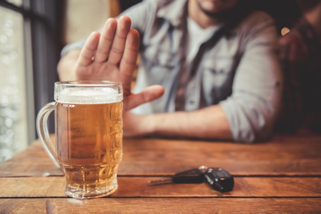 Homme disant non à l'alcool