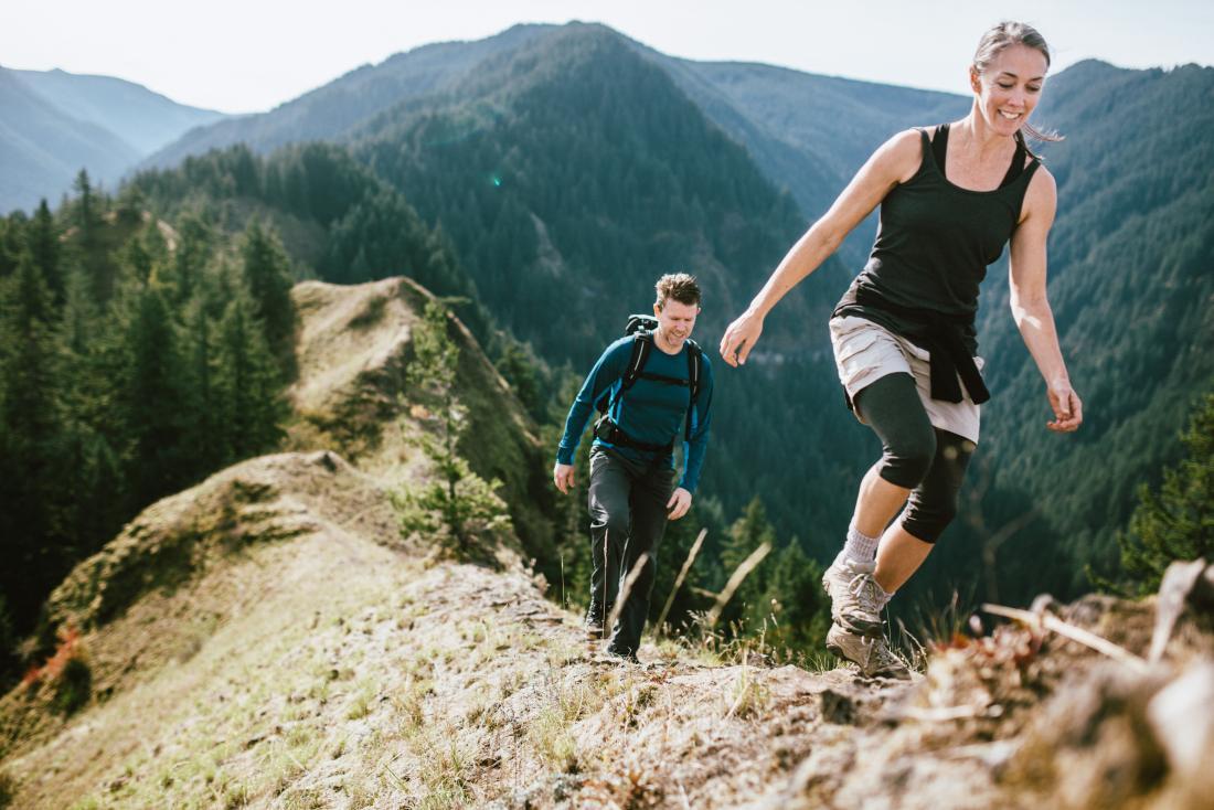 Couple escalade la montagne
