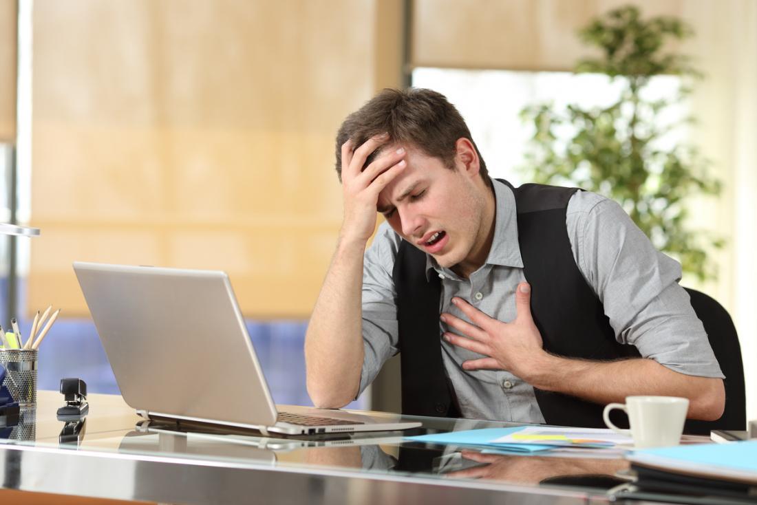 仕事で胸が窮屈な男
