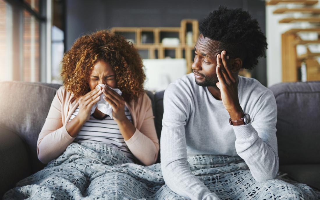 femme éternue et son partenaire a l'air préoccupé