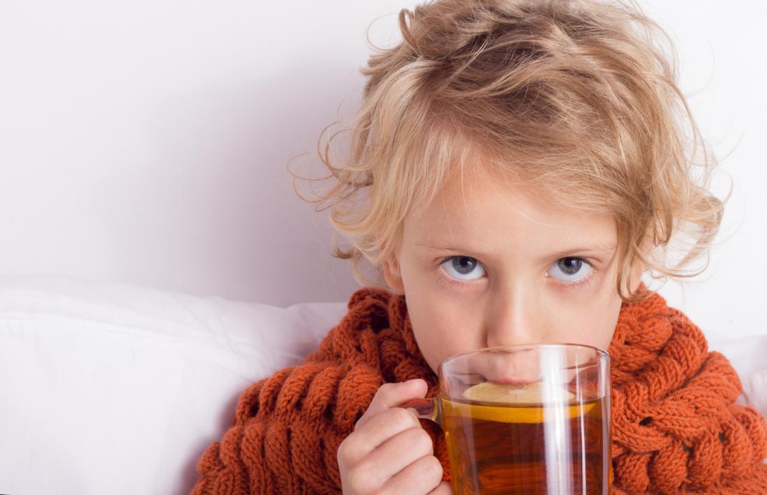 enfant malade boire du thé au citron