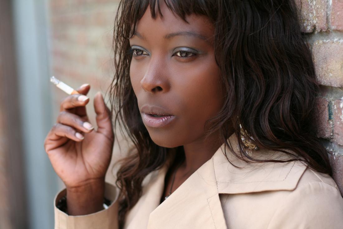 Frau raucht eine Zigarette