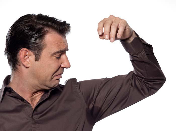 Homme souffrant d'odeur corporelle