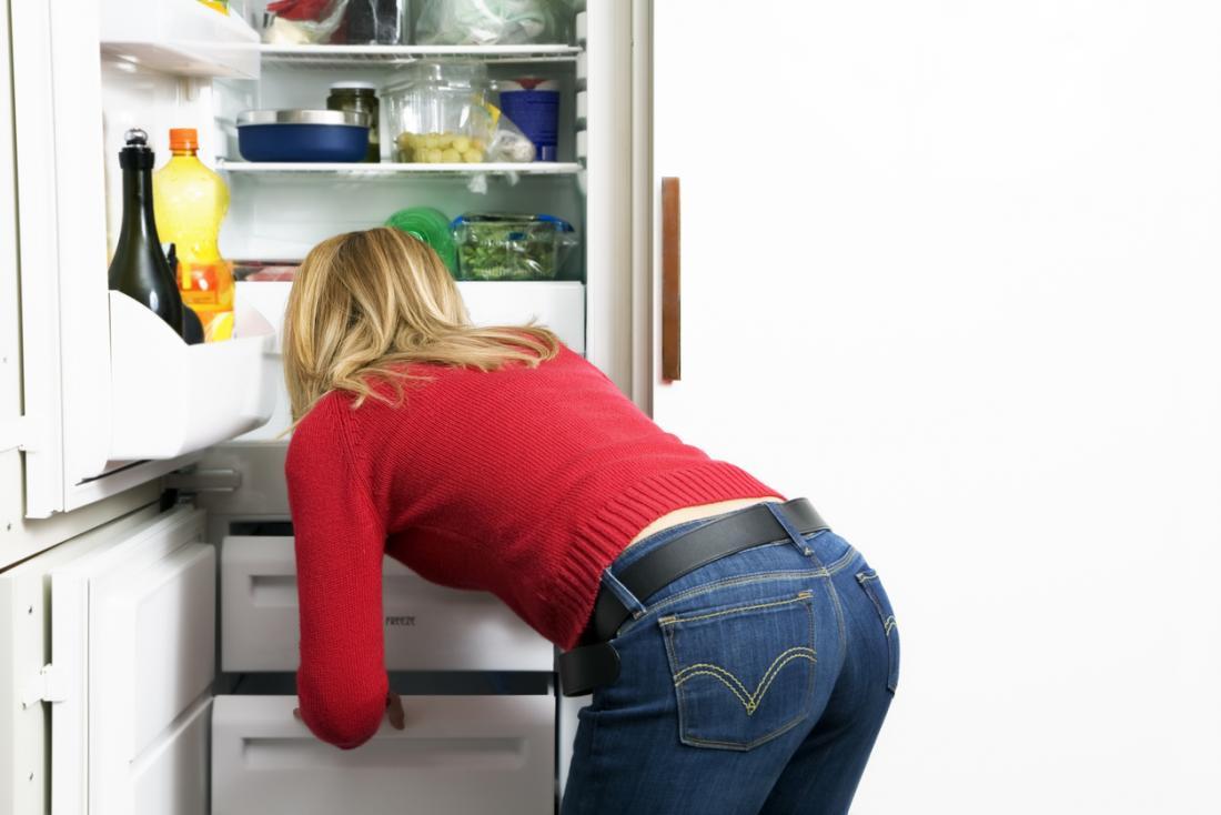 [女性と冷蔵庫]
