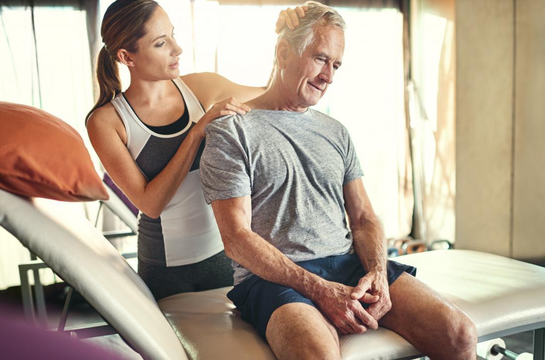 Vật lý trị liệu được thực hiện bởi chuyên gia trị liệu thể thao trên cổ người trưởng thành.