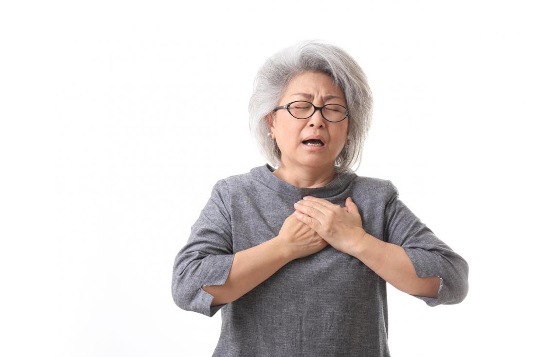 [Une femme plus âgée ayant du mal à respirer]