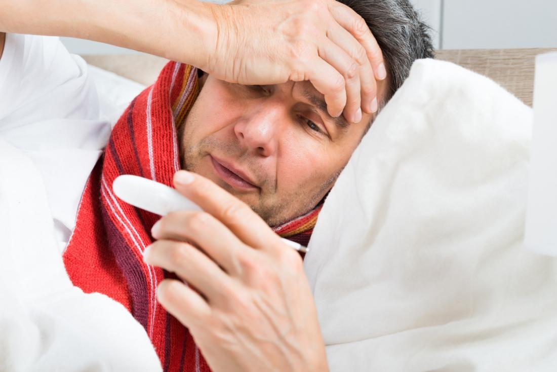 Homem, sentimento, doente, deitando-se, e, verificar, um, termômetro