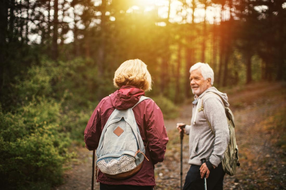 ältere Paare, die im Wald wandern