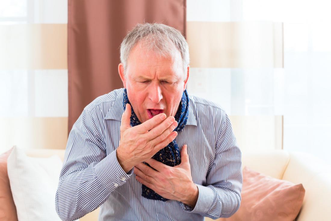 Homem sênior tossindo.