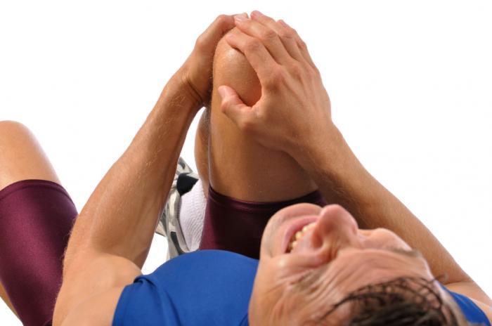 男は膝を痛めている。